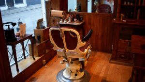 Skal du ind til en barbering hos Simon eller Lasse?